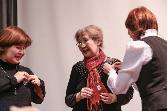 Маша и Вера с медалью
