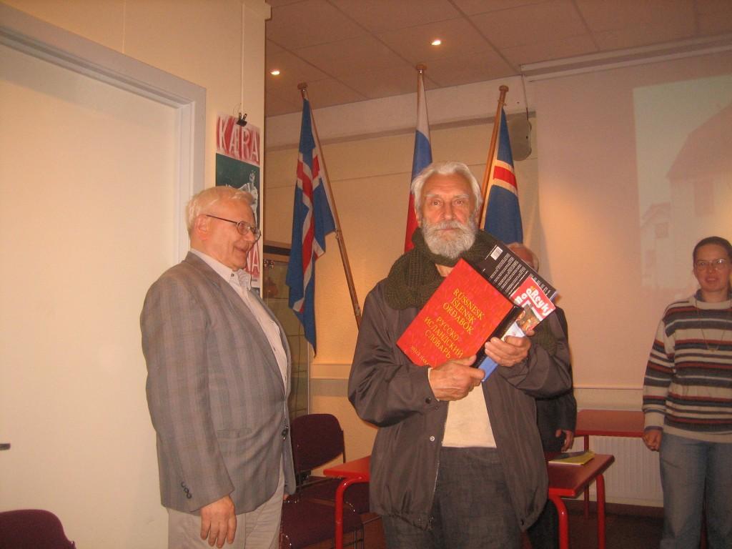 Академик Виталий Костомаров получил Русско-Исландский словарь из рук автора Хельги Харальдссона