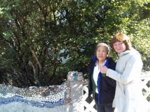 Забор около дома Кюрегей на улице Сноррабраут украшен мозаикой, выполненной художницей
