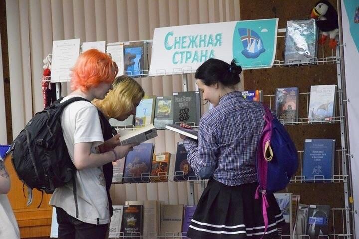 Студентки у книжной полки